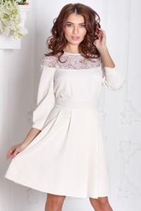 Короткое платье цвета айвори с кружевной вставкой и расклешенной юбкой купить в Воронеже