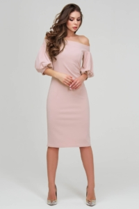 Платье-футляр цвета пудры с открытыми плечами и пышными рукавами купить в интернет-магазине