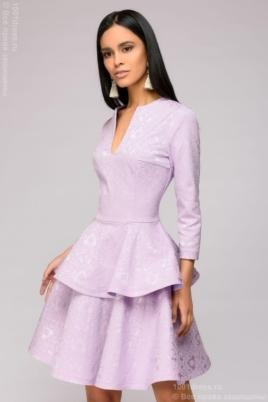 Платье сиреневого цвета длины мини из жаккарда с баской и вырезом на груди купить в Воронеже