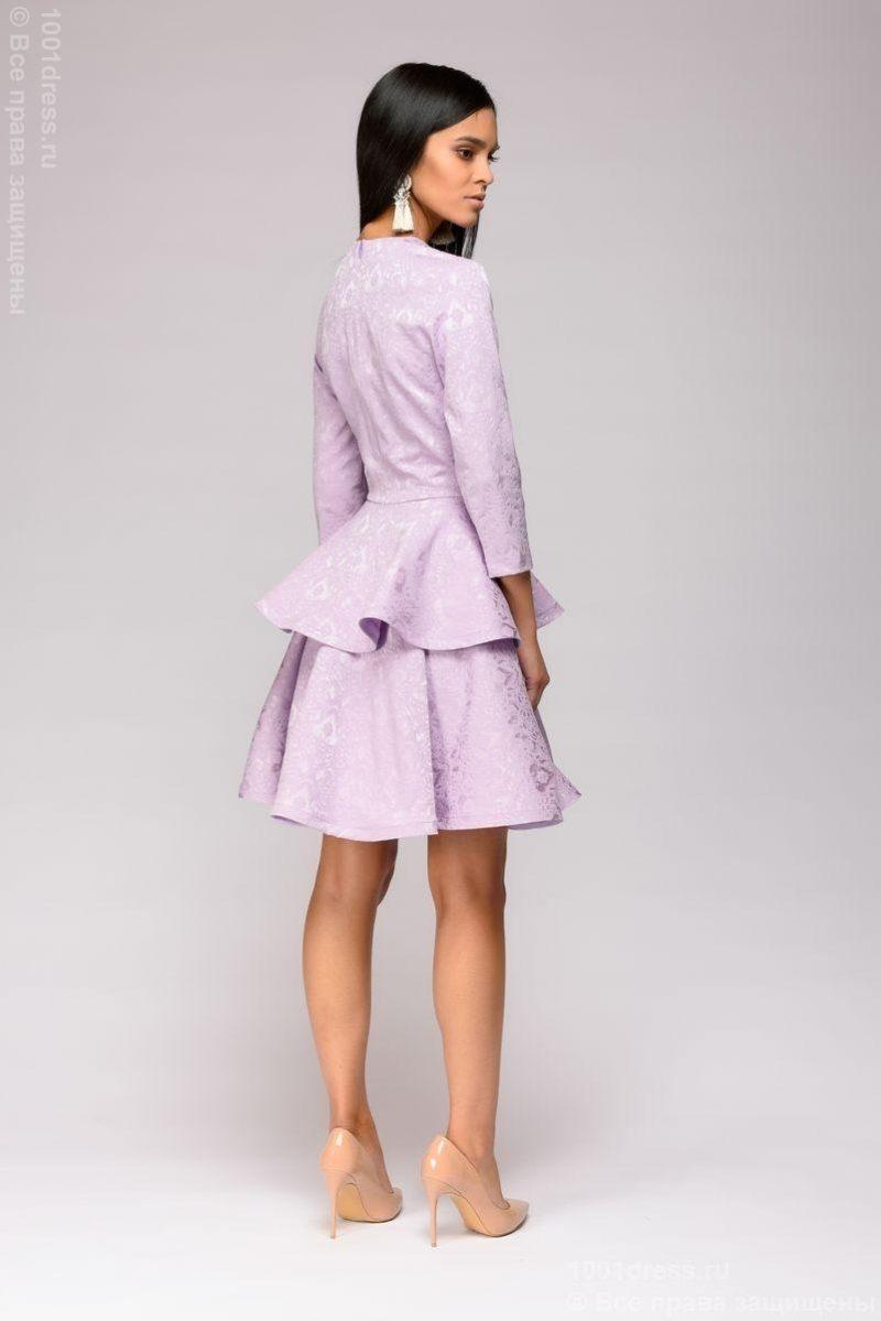 Платье сиреневого цвета длины мини из жаккарда с баской и вырезом на груди dm01022vl-3