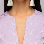 Платье сиреневого цвета длины мини из жаккарда с баской и вырезом на груди dm01022vl-4