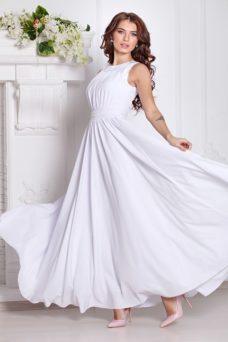 ba331946e2f ... Вечернее платье в пол белого цвета с пышной юбкой без рукавов купить в  Воронеже