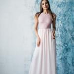 Длинное платье пудрового цвета с шифоновой юбкой и вырезом на спине zd00296pw-4