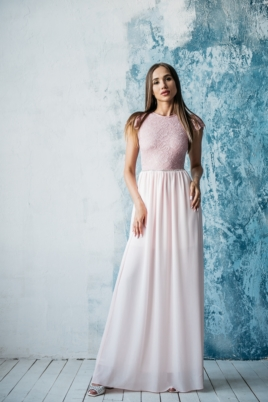 Длинное платье пудрового цвета с шифоновой юбкой и вырезом на спине купить в интернет-магазине