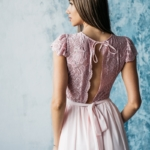 Длинное платье пудрового цвета с шифоновой юбкой и вырезом на спине zd00296pw-5