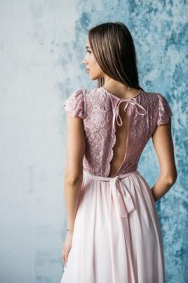 Длинное платье пудрового цвета с шифоновой юбкой и вырезом на спине заказать с бесплатной доставкой
