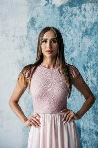 Купить Длинное платье пудрового цвета с шифоновой юбкой и вырезом на спине в интернет-магазине