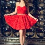 Короткое платье из крупных роз красного цвета с открытым верхом zd00323rd-2