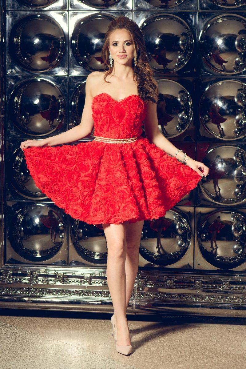 Короткое платье из крупных роз красного цвета с открытым верхом заказать с примеркой