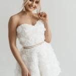 Короткое платье из крупных роз молочного цвета с открытым верхом zd00323wh-1