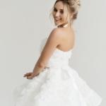 Короткое платье из крупных роз молочного цвета с открытым верхом zd00323wh-2