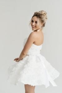 Короткое платье из крупных роз молочного цвета с открытым верхом заказать с примеркой