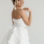 Короткое платье из крупных роз молочного цвета с открытым верхом zd00323wh-3