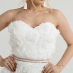 Короткое платье из крупных роз молочного цвета с открытым верхом zd00323wh-4