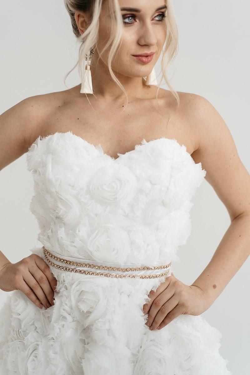 Короткое платье из крупных роз молочного цвета с открытым верхом с бесплатной доставкой