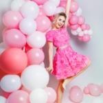 Короткое платье из крупных роз розового цвета с открытой спиной zd00281pk-1