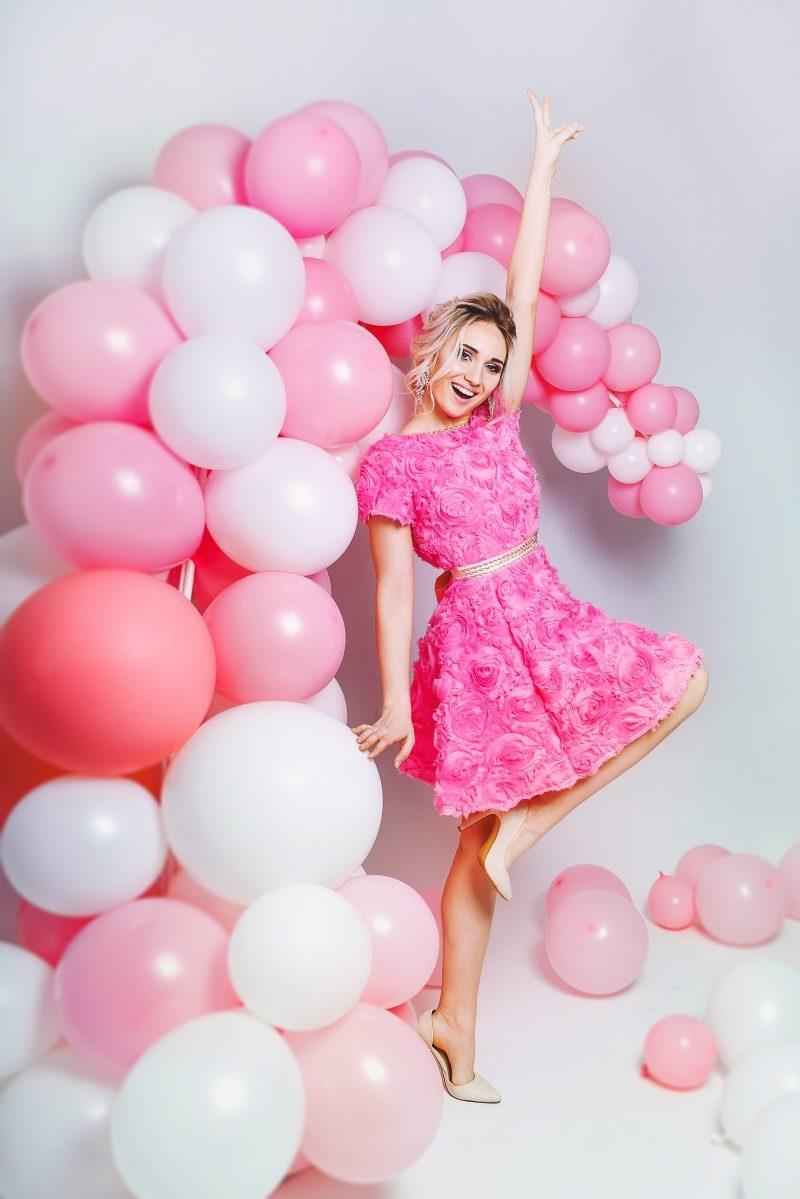 Короткое платье из крупных роз розового цвета с открытой спиной купить в интернет-магазине