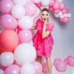 Короткое платье из крупных роз розового цвета с открытой спиной zd00281pk-2