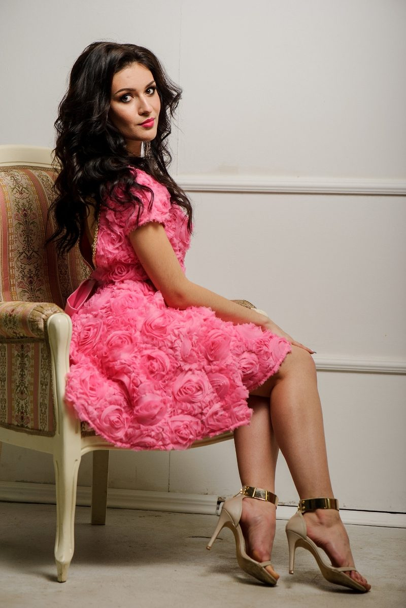 Купить Короткое платье из крупных роз розового цвета с открытой спиной в интернет-магазине