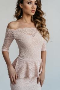 Купить Гипюровое платье пепельно-розового цвета с баской и открытыми плечами с бесплатной доставкой