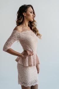 Заказать Гипюровое платье пепельно-розового цвета с баской и открытыми плечами в интернет-магазине