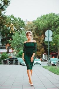 Изумрудное гипюровое платье длины миди с открытыми плечами купить в интернет-магазине