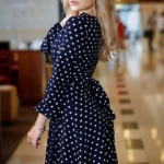 Короткое платье с запахом темно-синего цвета в горошек sz00168db-3