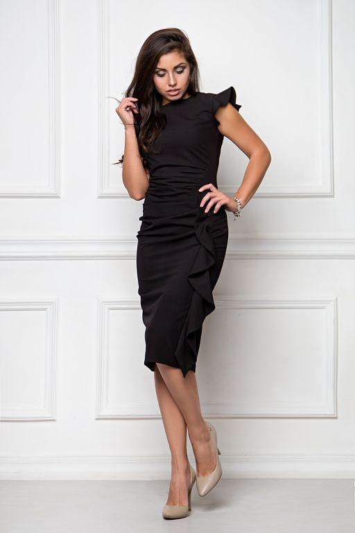 Платье-футляр черного цвета длины миди с драпировкой и воланами купить в интернет-магазине