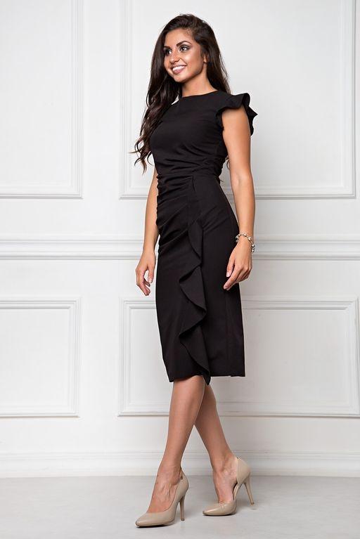 Купить Платье-футляр черного цвета длины миди с драпировкой и воланами с бесплатной доставкой