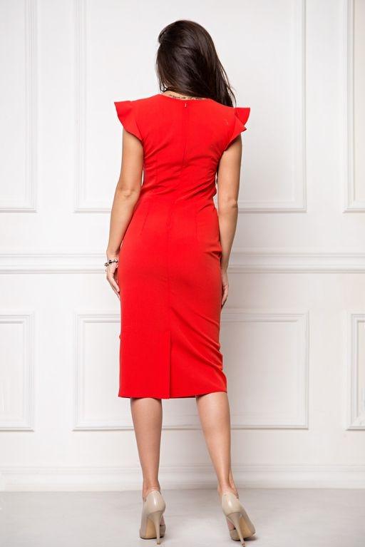 Купить Платье-футляр красного цвета длины миди с драпировкой и воланами с бесплатной доставкой