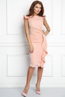 Платье-футляр персикового цвета длины миди с драпировкой и воланами заказать с примеркой