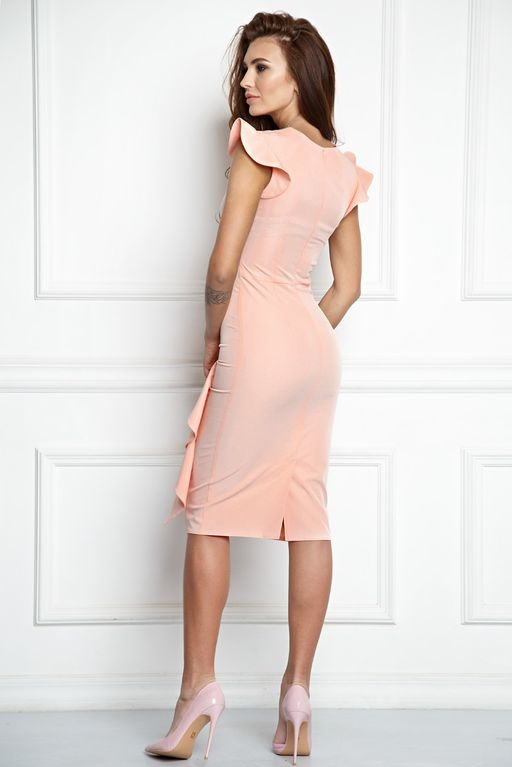 Купить Платье-футляр персикового цвета длины миди с драпировкой и воланами с бесплатной доставкой по России