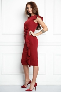 Купить Платье-футляр цвета марсала длины миди с драпировкой и воланами с бесплатной доставкой
