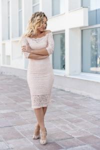 Пудровое гипюровое платье длины миди с открытыми плечами купить в интернет-магазине