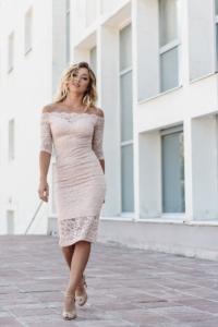 Пудровое гипюровое платье длины миди с открытыми плечами заказать с примеркой