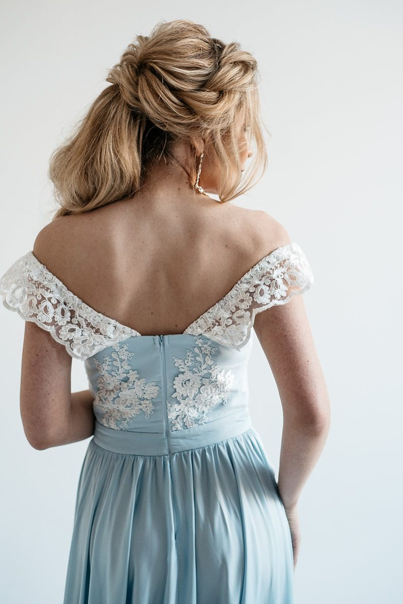 Вечернее платье голубого цвета с корсетом и разрезом на юбке на свадьбу