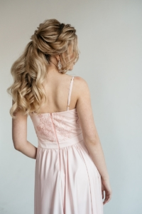 Вечернее платье пудрового цвета с корсетом на тонких бретелях на свадьбу