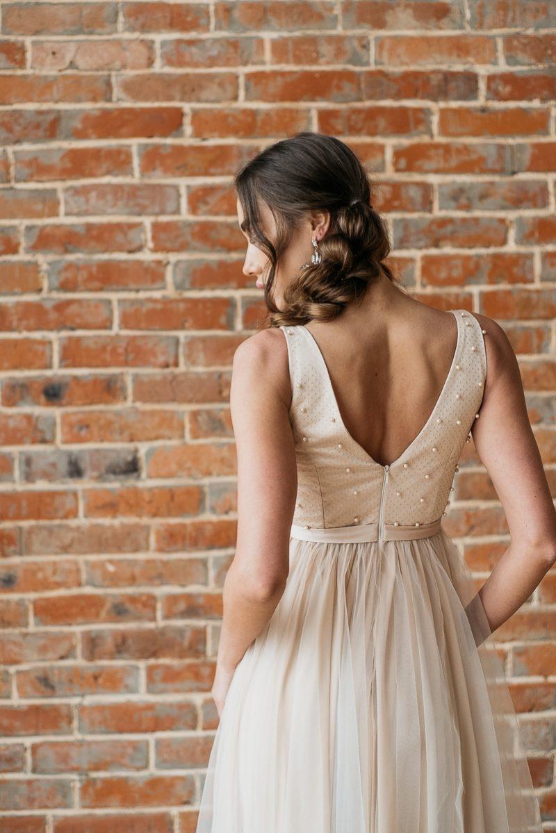 Заказать Бежевое вечернее платье с пышной юбкой и отделкой бусинами с бесплатной доставкой