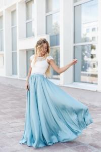 Комплект: белый гипюровый топ и голубая шелковая юбка в пол купить в интернет-магазине