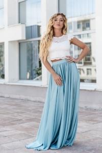 Заказать Комплект: белый гипюровый топ и голубая шелковая юбка в пол с бесплатной доставкой