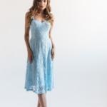 Кружевное платье миди голубого цвета на бретелях-1