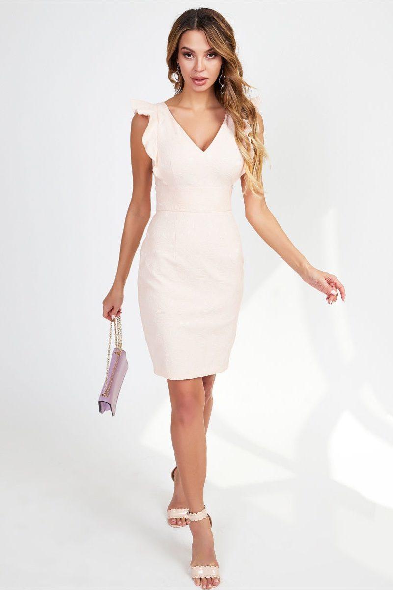 Платье-футляр персикового цвета с вырезом и воланами на плечах купить в интернет-магазине