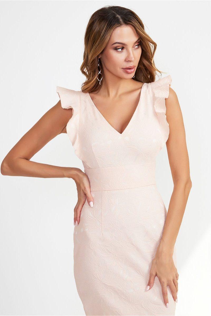Платье-футляр персикового цвета с вырезом и воланами на плечах vv51937ph-2