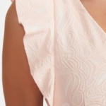 Платье-футляр персикового цвета с вырезом и воланами на плечах vv51937ph-4