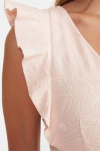 Заказать Платье-футляр персикового цвета с вырезом и воланами на плечах с бесплатной доставкой