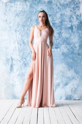 Платье в пол цвета пудры с кружевной отделкой и разрезом на юбке купить в интернет-магазине