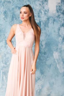 Платье в пол цвета пудры с кружевной отделкой и разрезом на юбке заказать с примеркой