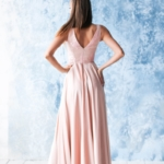 Платье в пол цвета пудры с кружевной отделкой и разрезом на юбке zd00491pw-3