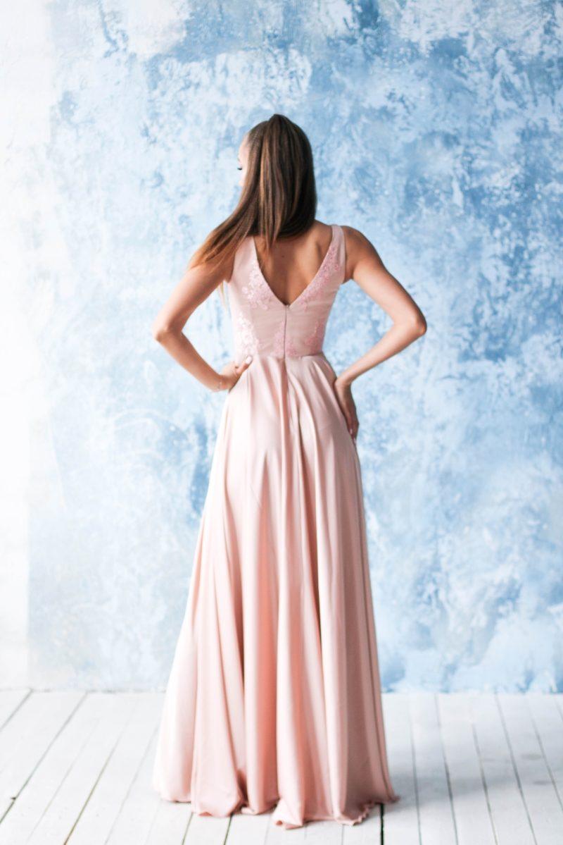 Купить Платье в пол цвета пудры с кружевной отделкой и разрезом на юбке с бесплатной доставкой