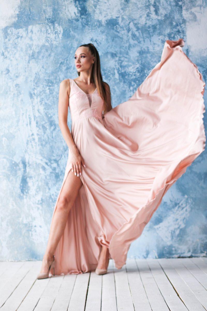 Заказать Платье в пол цвета пудры с кружевной отделкой и разрезом на юбке в интернет-магазине